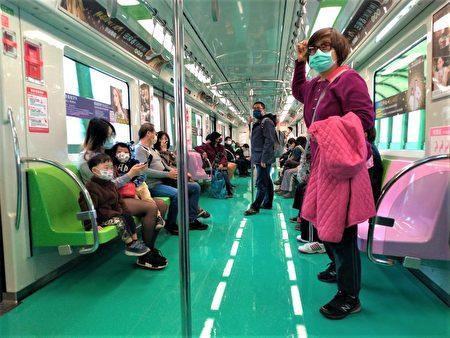 市民搭捷运记得戴口罩、禁饮食。