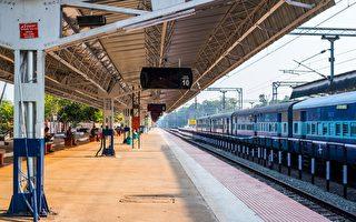6岁男童摔落月台下 印度火车站员工冒死抢救