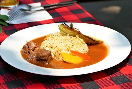 本次户外餐会为了和拍瀑拉族的游猎文化结合,特别设计了鹿肉烩饭。