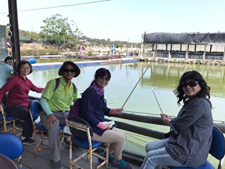 購買「候鳥秘境追風趣」套票的遊客,一早也特別搶頭香搭乘「養嘉湖口」幸福公車首班車,首先前往向禾休閒漁場體驗釣魚等樂趣。