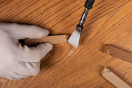 Wood,Floor,Wax,Restoration,restoration,Of,Laminate,Parquet.,Shutterstock,木地板,修補蠟筆