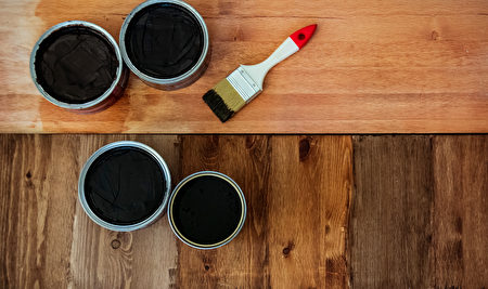 Top,View,On,A,Newly,Opened,Can,Of,Wax,,Varnish,蠟,木地板,Shutterstock