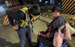 男子酒醉坐輪椅在路口昏睡  巡警解危協助返家