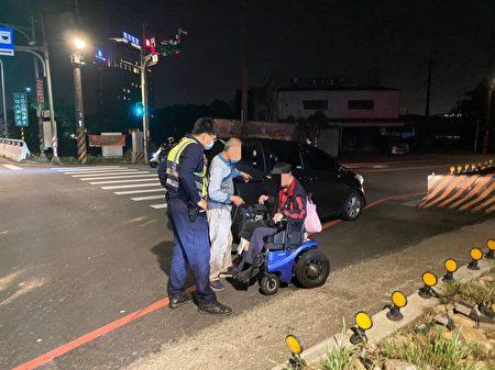 男子酒醉坐輪椅在路口昏睡,巡警解危協助返家。