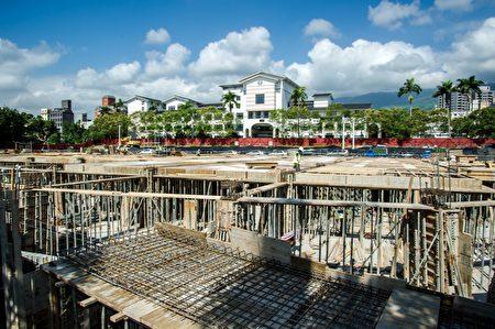 林姿妙县长4月21日到礁溪国小勘查整体施工进度。