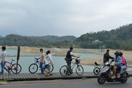 只能牽自行車通過的水社壩木棧道,滿水位時,水勢可以到步道旁邊,是婚紗照的熱門景點,今年還想來拍婚紗的情侶們,只能多祈禱雨季快點來!