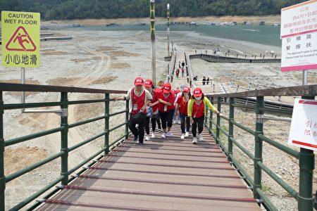 伊達邵碼頭目前還提供載客使用,但是因引橋坡度過大,遊客需扶著兩旁欄杆才能順利從浮排登上碼頭。