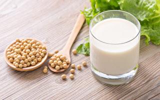 豆浆便宜又营养,黄豆浆、黑豆浆、发芽豆浆对人体好处各不同。(shutterstock)