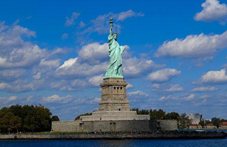 图为纽约著名景点自由女神像。