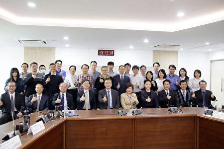 中央大學與天晟醫院簽署「聯合研發中心」合作意向書,雙方與會來賓共同合影。