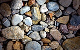 四川奇石村 每户人家都靠捡石头买车买房