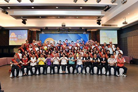 接受表揚的56位模範勞工與貴賓合照。