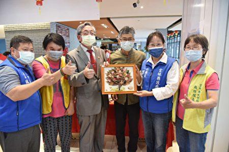 总会长李景雄(左三)副县长谢淑亚(右二)社会处长林文志(左一)参观各弱势团体展示的摊位。