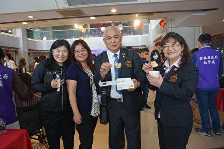 云林同乡总会秘书长王锦贺(右二)及妇女委员会主委刘淑娜(右一)对西螺出产的麻糬赞不绝口。