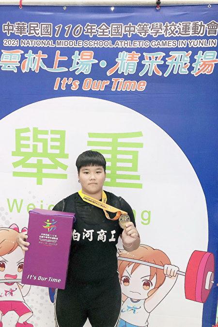 白河商工王新琇參加高女組81公斤級舉重項目,以抓舉85公斤創大會紀錄並順利奪金。