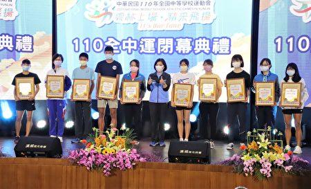 今年全中运云林表现亮眼,县长张丽善颁奖给得奖选手。