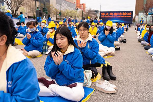 """4月18日,刘丹碧和鲍汐萌在纽约中领馆前法轮功学员纪念""""四二五""""和平上访22周年的活动中。(戴兵/大纪元)"""
