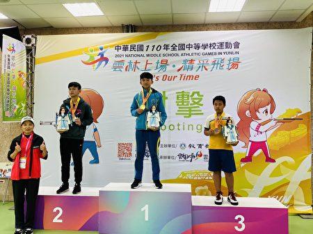 赵岑晔(中)拿下射击10公尺空气手枪个人赛金牌。