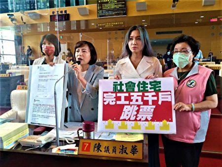 議員陳淑華(左2)指出,西屯區房價飆漲最嚴重,希望盧團隊實現居住正義政策,積極解決年輕人的住宅需求與問題。