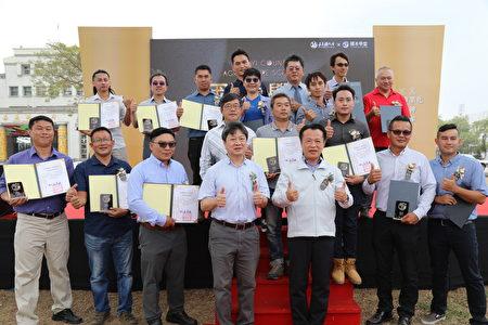 嘉义县第一届国本学堂于23日在县府前广场举行结业典礼,由县长翁章梁(前排右3)颁发结业证书给17位毕业生后,与农业处长许彰敏(前排右4)大合照。
