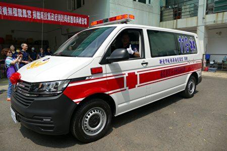 新北市板橋無極龍鳳宮宮主黃麗瓊及信眾,23日捐贈救護車1輛及隨車救護器材給南投縣政府,供執行緊急救護使用。