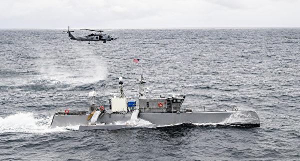 4月21日,美軍的MH-60R海鷹直升機與無人水面艦艇在太平洋演練。(美國海軍)