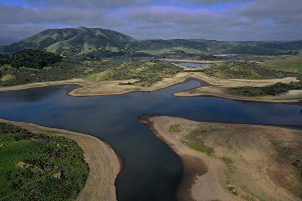 组图:加州马林县干旱 尼卡西奥水库干涸