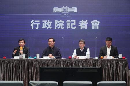 行政院25日召开记者会说明台铁改革方案,由发言人罗秉成(左2)主持,行政院秘书长李孟谚(右2)、交通部长王国材(左)、台铁局长杜微(右)出席。