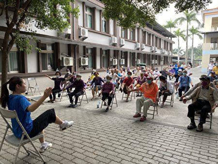 彰化榮家住民整齊劃一的動作。