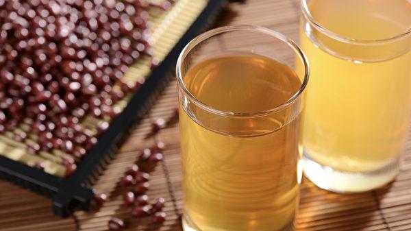 紅豆水當茶飲,可排經血、消水腫。(Shutterstock)