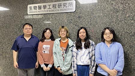 賴瑞陽教授(左一)致力於眼部相關應用的科研工作。