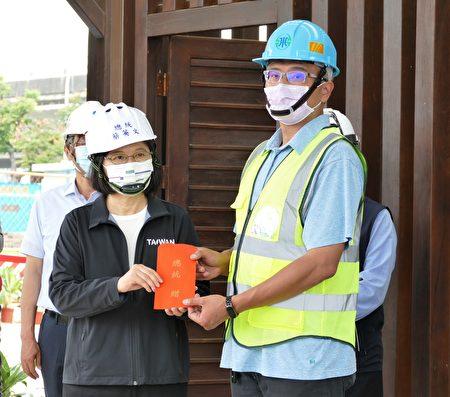 """经济部水利署及台湾自来水公司在台中推动""""抗旱2.0计划"""",总统蔡英文前往视察抗旱水井工程,并颁发慰勉金给工程人员。"""