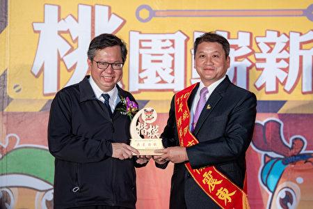 鄭文燦出席「桃園市110年度五一動節模範勞工表揚禮讃活動暨聯誼餐會」,表揚363位模範勞工向百萬勞工。