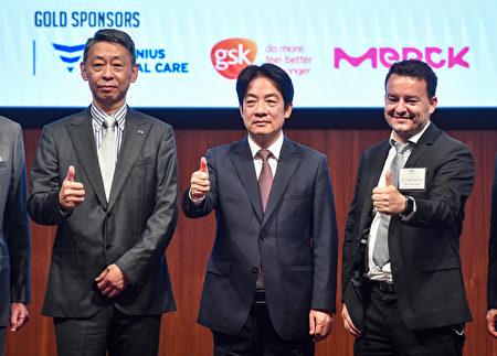 歐洲在台商務協會(ECCT)舉辦台歐健康論壇,副總統賴清德(中)與歐洲商會理事長張瀚書(左)等人合影。