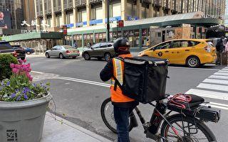 疫情期华人外卖郎骑电单车送餐  不再挨罚