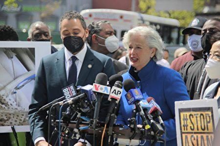 圖為紐約市府預防仇恨犯罪辦公室執行主任勞特出席27日的記者會。