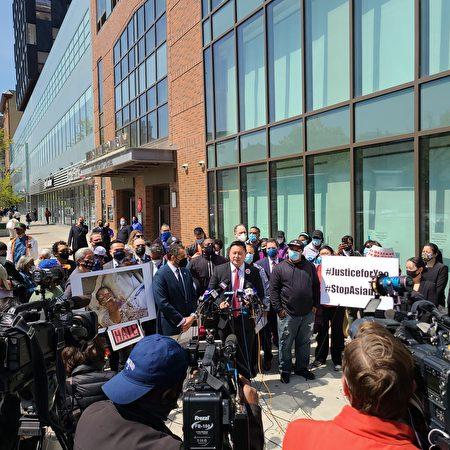 紐約州眾議員金兌錫(發言者)與多名民選官員在61歲華男馬耀泮遇襲地點召開記者會,譴責暴力。