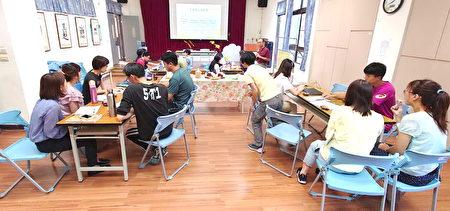 陳新平在台中市大坑國小指導校訂課程。
