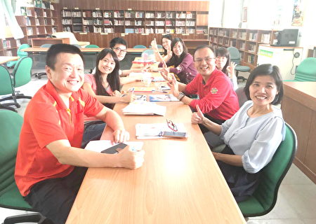 陳新平在高雄市大樹區溪埔國中與團隊討論課程。