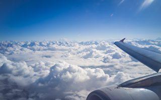 大陸旅客向飛機扔硬幣「祈福」 害航班取消