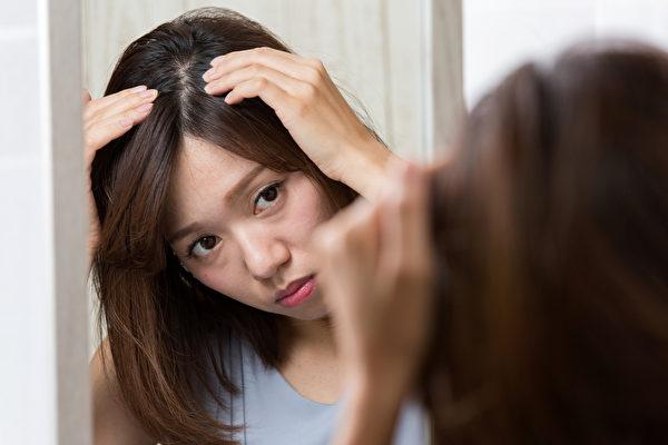 头皮开始过度出油、感到痒,代表头皮发炎,久了会开始掉发。(Shutterstock)