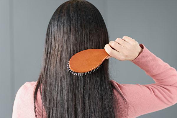 掉髮的原因是臟腑出了問題,生薑、米酒等生髮偏方有效嗎?(Shutterstock)