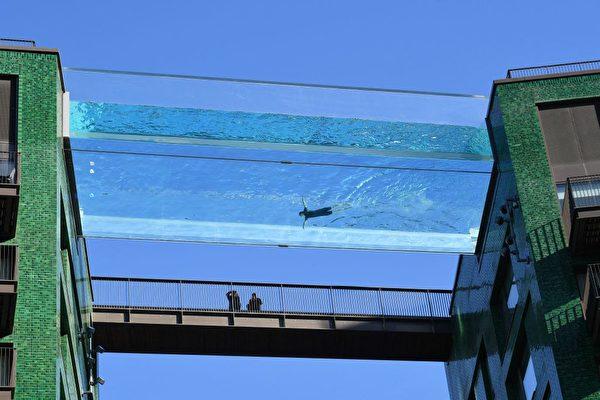 伦敦全透明空中游泳池 设计师:游泳像飞翔
