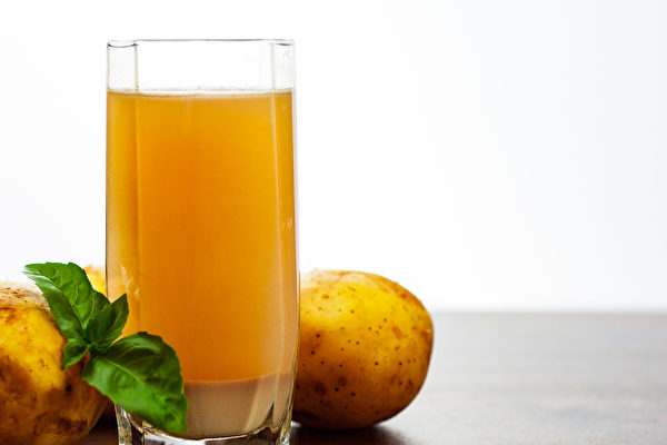 生馬鈴薯汁對胃炎、胃潰瘍也有很好的輔助療效。(Shutterstock)