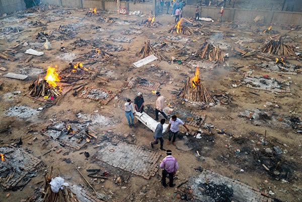 印度医疗系统濒临崩溃,导致重症、死亡人数激增。图为新德里火葬场景象。(JEWEL SAMAD/AFP via Getty Images)