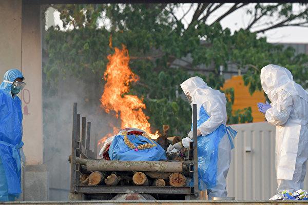 印度疫情持續飆升,單日新增病例和死亡人數屢創新高。(MANJUNATH KIRAN/AFP via Getty Images)