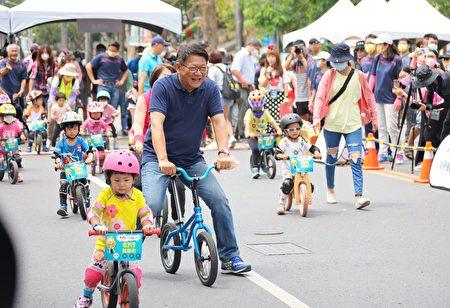 「全國囝囡同樂會」5月1日開幕,縣長潘孟安和小選手們尬滑步車,直讚小選手好厲害。