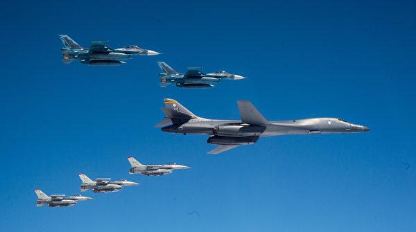 2020年4月22日,从本土起飞的美军B-1B轰炸机与驻日本三泽空军基地的F-16战斗机和日本空中自卫队F-2战斗机在日本海联合训练。(美国空军)