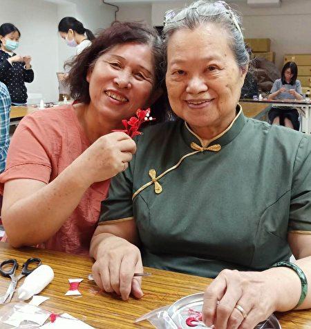 六十岁的国小老师赖怡颖展示她亲手完成的春仔花。