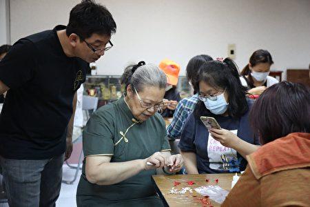 施丽梅亲自示范指导每位学员制作小牡丹春仔花。